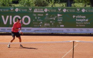 Jugando al tenis.